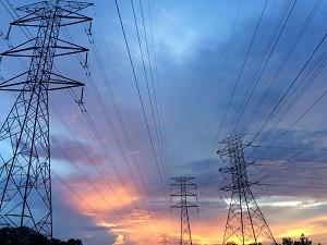 האם חברת חשמל אחראית לנזק שנגרם למוצרי החשמל בעקבות שריפת נתיך מתח גבוה?